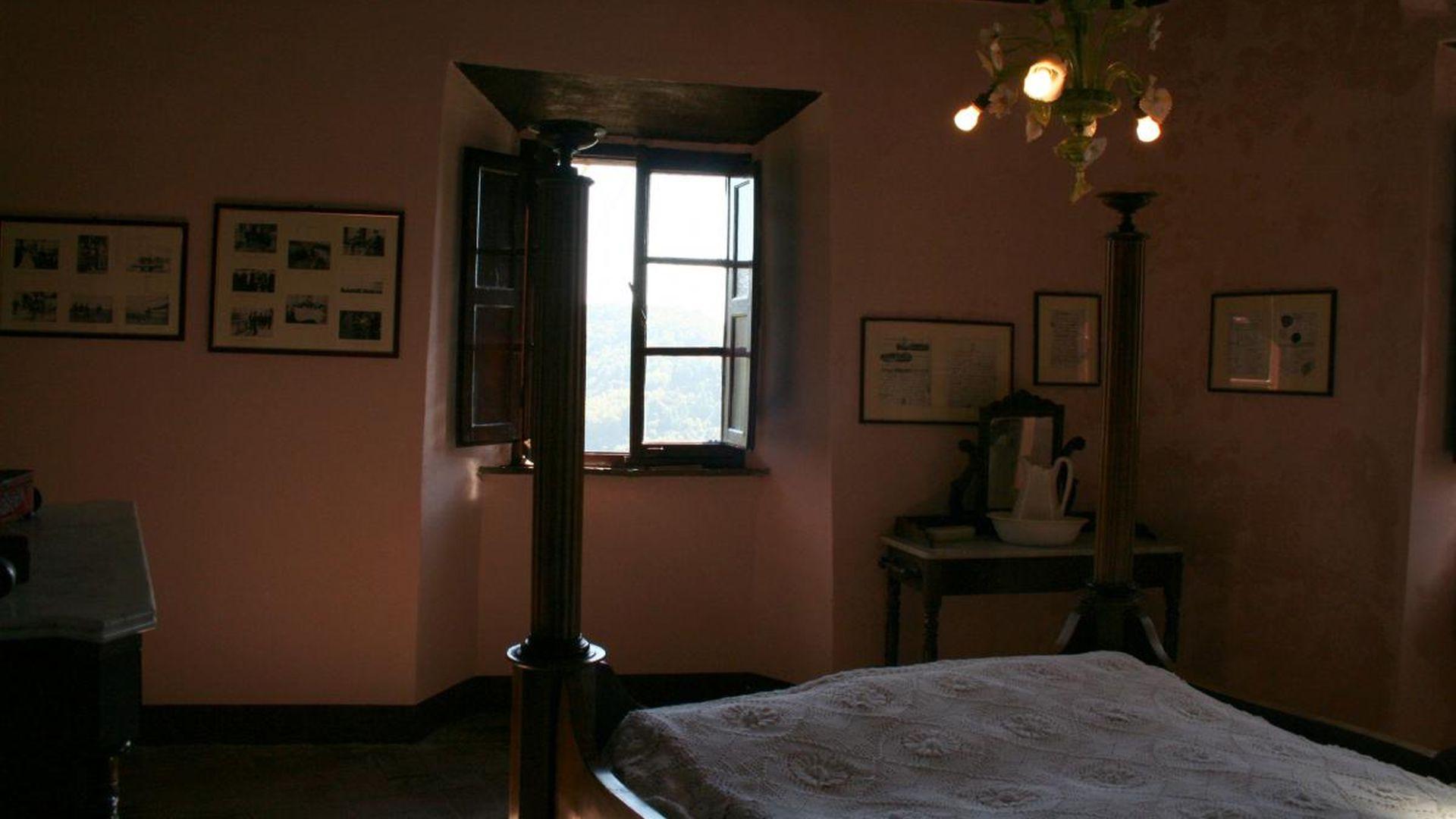 la camera da letto dei genitori di Puccini a casa Puccini a Celle di Pescaglia