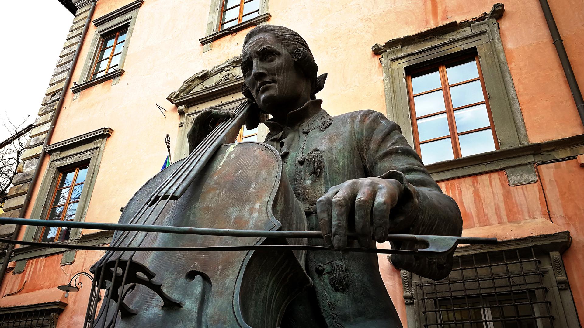 statua di Luigi Boccherini in piazza del suffragio a lucca
