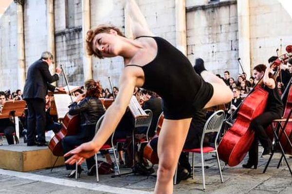 ballerino e orchestra in piazza san Michele a lucca