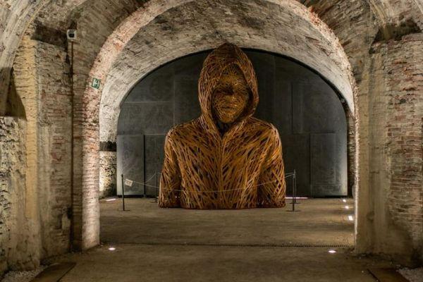 ragazzo con la felpa nei sotterranei del baluardo san paolino delle mura di lucca