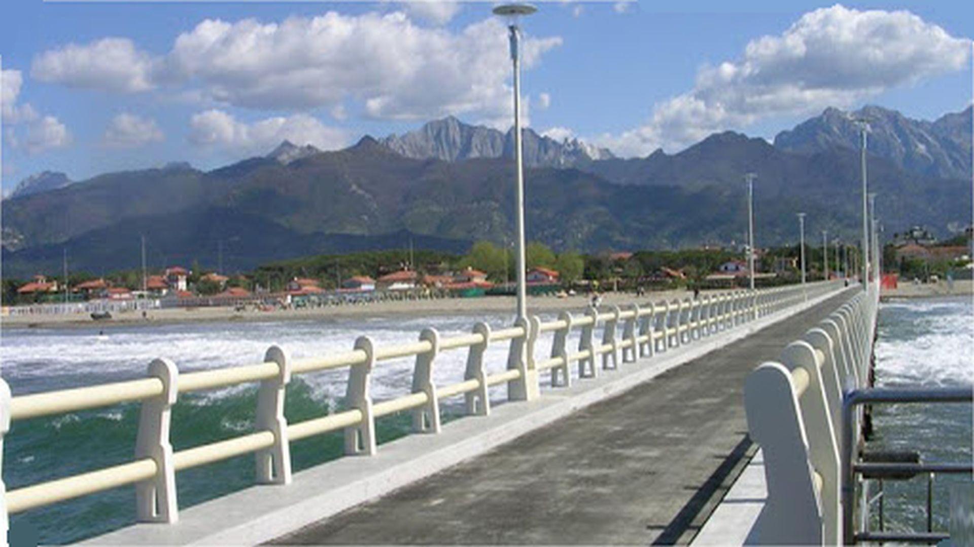 Alpi apuane viste dal pontile di forte dei marmi