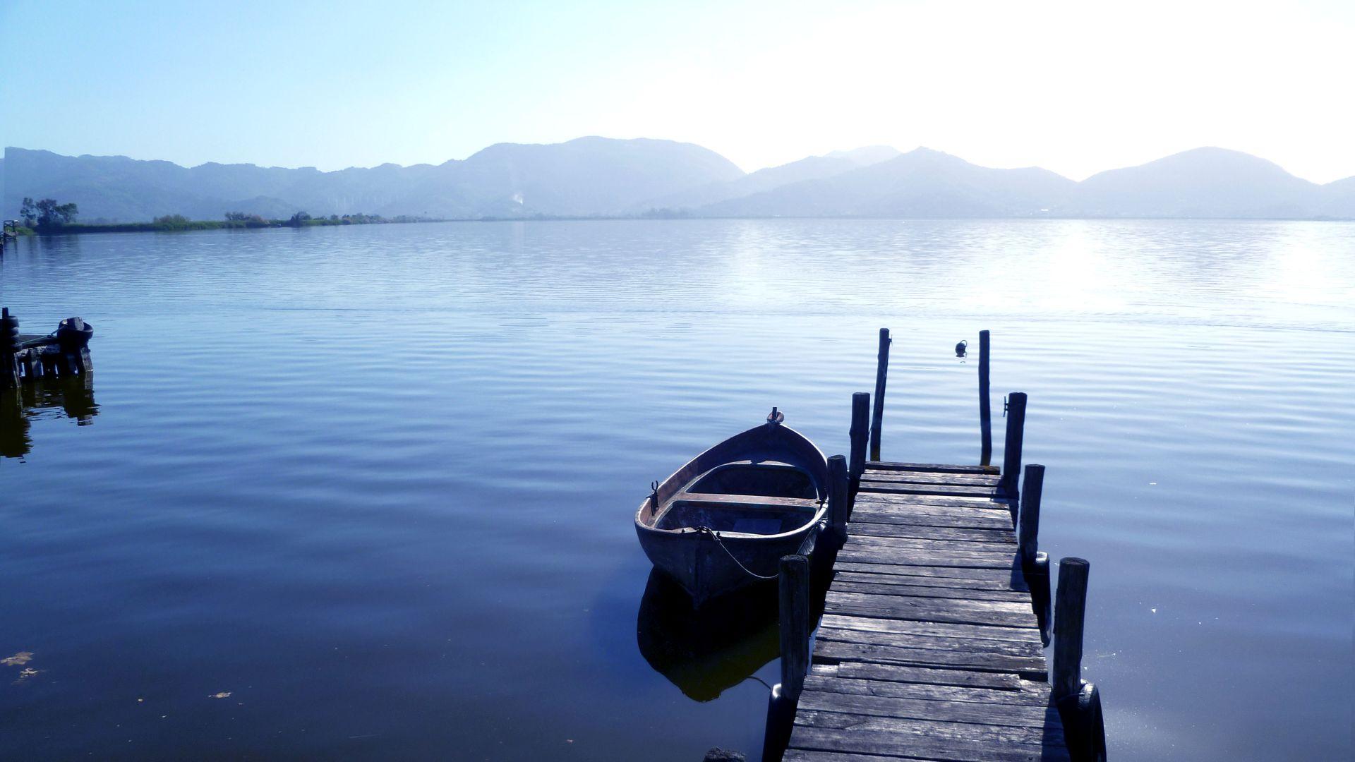 barchno al molo del lago di Massaciuccoli