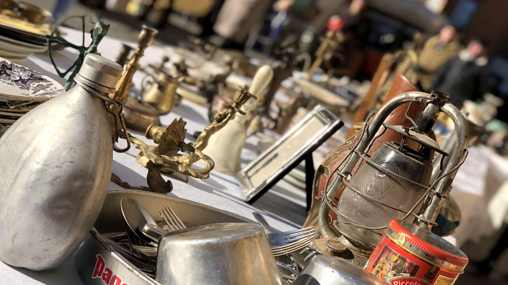 oggetti di modernariato al mercato antiquario di lucca
