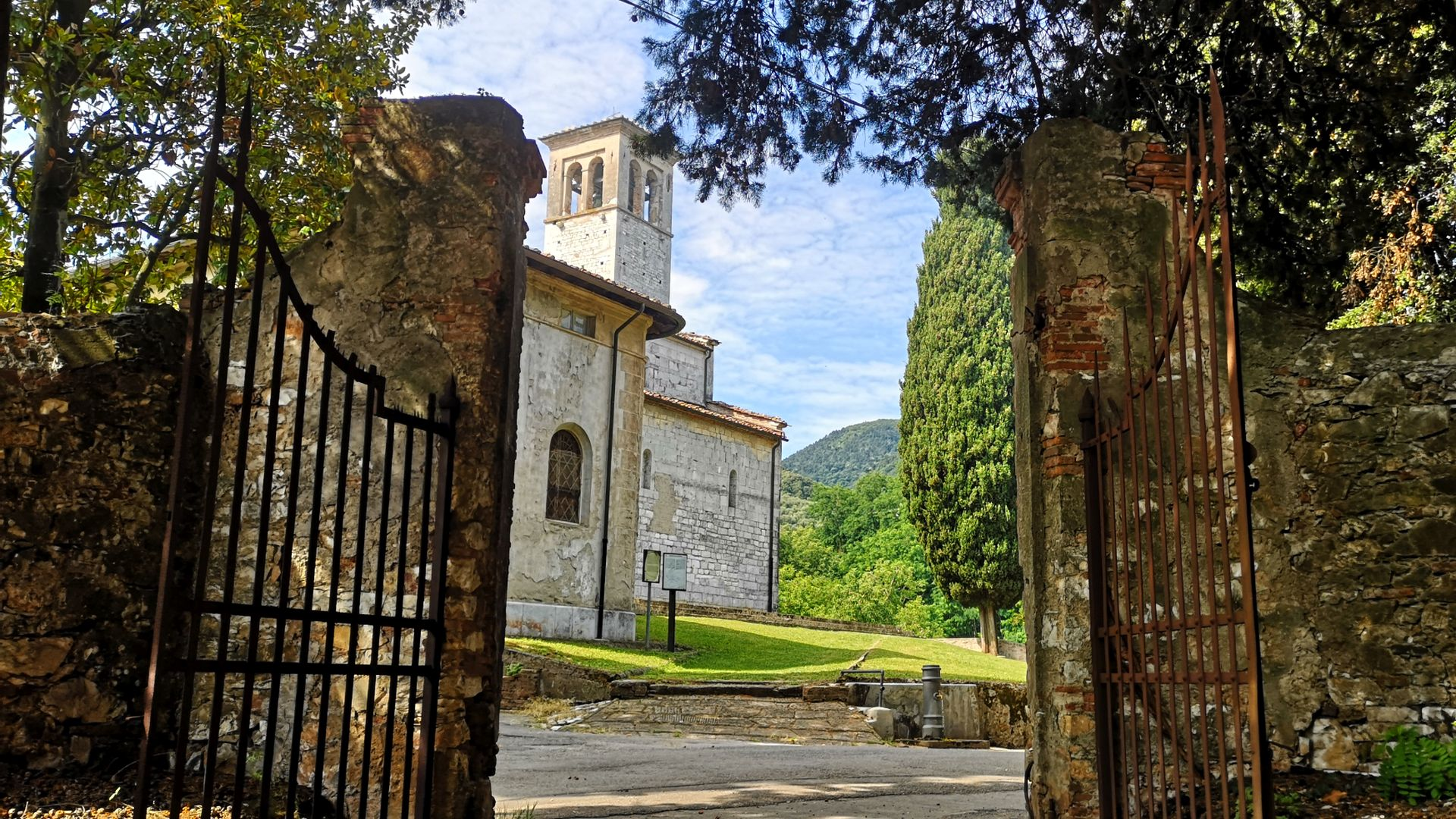a walk to the parish church of Gattaiola